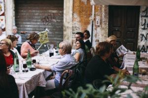 Comer en la calle es algo común en el barrio