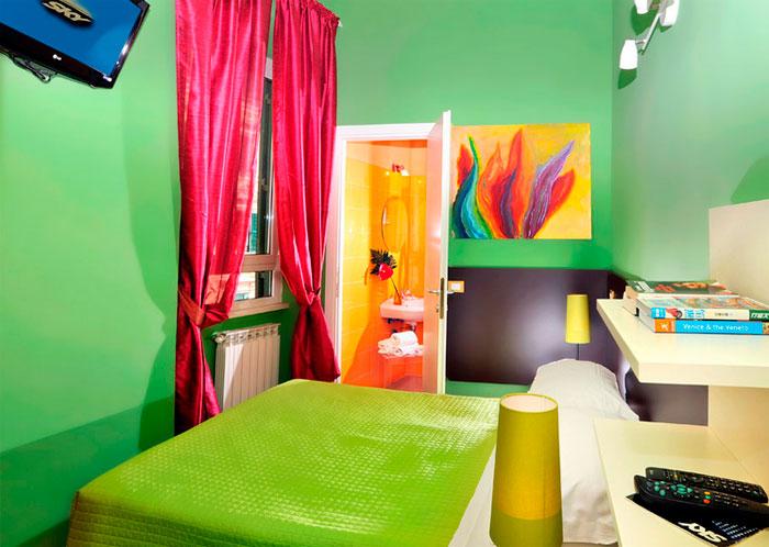 La también coloridas habitaciones