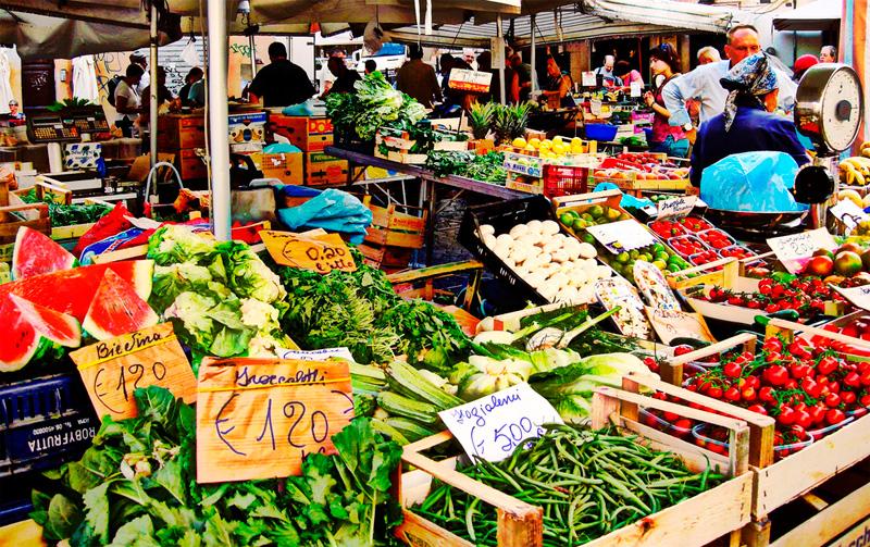 Variedad de verduras en el Mercado de Campo dei Fiori,