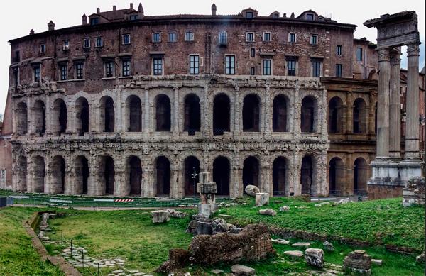 Aunque asemeja a una copia en miniatura del Coliseo, el Teatro de Marcelo fue construido 83 años antes